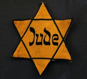 Der gelbe Davidstern musste ab 1941 von allen Juden sichtbar auf der Kleidung getragen werden.