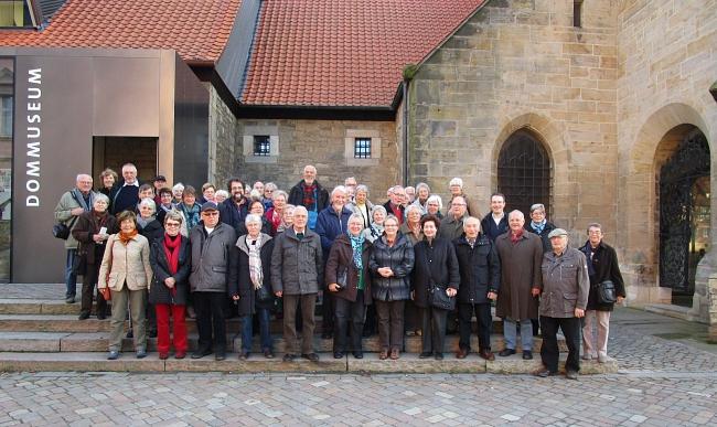 Die Teilnehmer der Exkursion vor dem Dommuseum.