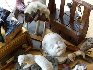 Kinder zeigen ihre Objekte aus der Museumssammlung