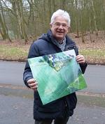 Heinz-Dieter Freese mit einer Luftaufnahme von einem archäologischen Fundort