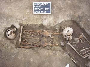 Oldendorf, Lkr. Stade. Doppelte Nachzehrerbestattungen des 12. Jahrhunderts. Dem linken Toten hatte man einen fremden Oberschenkelknochen unter das Kinn gelegt. Bei der Beerdigung eines weiteren Leichnams wurden die Beine abgetrennt.